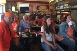 Tientallen fans in het café voor Oranjeleeuwin Kika van Es, terwijl ze niet speelt tegen Canada