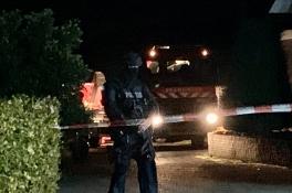 Zwaarbewapend politieteam bewaakt huis en schuur in Mill na vondst drugslab