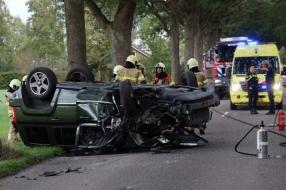 Auto rijdt tegen boom en slaat over de kop in Wanroij, drie gewonden